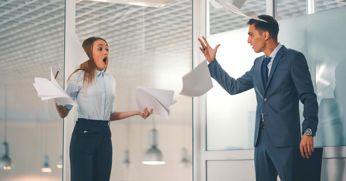 Colleghi che litigano al lavoro