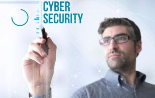 uomo cerca di definire il concetto di cybersecurity